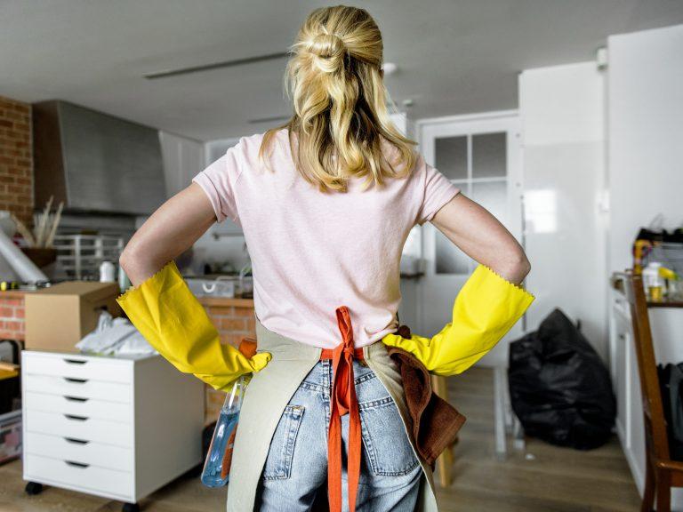 vrouw aan het klussen om woning meer waard te maken